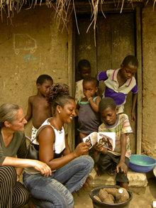 Internationella Ungdomar för mänskliga rättigheter når unga människor varhelst de samlas – i skolor, högskolor eller i hemmet.