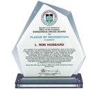 """Officiellt erkännande – Nämnden för farliga droger, filippinska presidentens kansli Förärad L. Ron Hubbard av ordföranden i nämnden för farliga droger, för """"hans humanitära arbete inom området narkotikaupplysning och drogrehabilitering och för hans tillhörande teknologier vilka har antagits och införts på Filippinerna ... och därmed bidrar på ett omätbart sätt till den framgångsrika strävan för ett drogfritt land."""""""