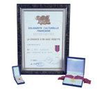 La cravate d'or avec rosette — Fédération nationale de la culture française Pour les réalisations exceptionnelles de L. Ron Hubbard dans le domaine des arts, des sciences et de la littérature.