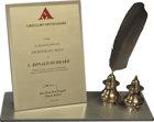 Schrijvers van de Eeuw Award — Mondadori PersAls geschenk aan L. Ron Hubbard voor zijn geschreven boeken die de mensheid vooruit hielpen.