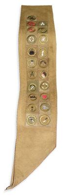 Banda de boy scout de L.Ronald Hubbard, mostrando veintiún medallas al mérito ganadas en un plazo de noventa días.