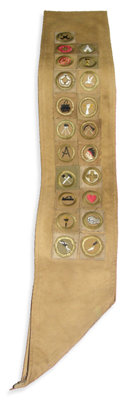 A faixa de Escuteiro de L. Ron Hubbard, mostrando vinte e um distintivos de mérito ganhos num período de noventa dias.