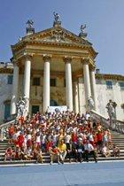 Internationella Ungdomar för mänskliga rättigheter levandegjorde mänskliga rättigheter för barnen vid ett sommarläger utanför staden Padova.