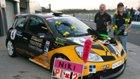 Niki Lanik con la sua macchina da corsa Y4HR e medaglie
