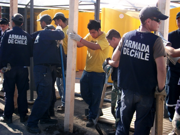 Ajudando a Armada do Chile (marinha chilena) na construção de abrigos permanentes, maio de 2010.