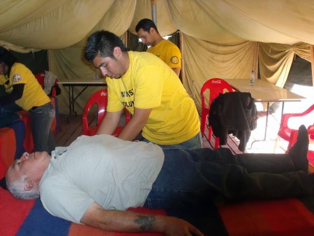 Idegasszisztok adása – amelyekkel a fájdalmat lehet enyhíteni – a chilei Concepciónban (2010 áprilisa).