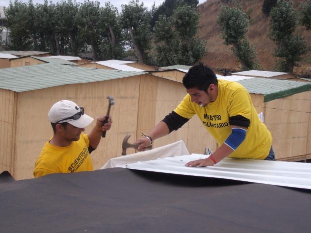Het opbouwen van de daken, mei 2010.