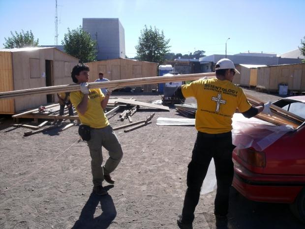 Entrega de matérias–primas para abrigos, maio de 2010.