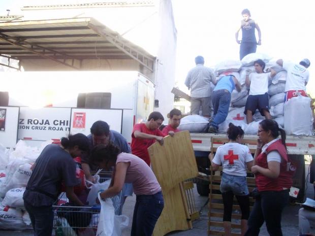 Segítők készleteket rakodnak, 2010 márciusa.
