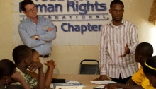 Tim Bowles og Jay Yarsiah leverer et menneskerettighets-foredrag i Liberia.