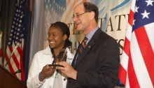 Um dos jovens vencedores, a rapper Lai Lai, recebe o seu prémio das mãos do Congressista Brad Sherman.
