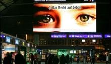 נוסעים לומדים את זכויותיהם בתחנות רכבת בשוויץ.