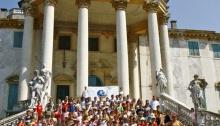 L'fait découvrir le sujet des droits de l'Homme aux enfants d'un camp d'été près de la ville de Padova.