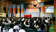 Youth for Human Rights International houdt een presentatie over mensenrechten op een lokale school.