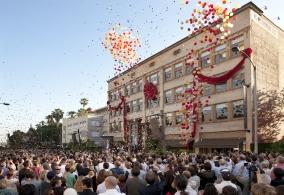 Slavnostní otevření nové budovy Scientologické církve ve městě Pasadena ve státe Kalifornie ve Spojených státech amerických, ceremoniálu se účastnilo více než 4200 scientologů a jejich hostů